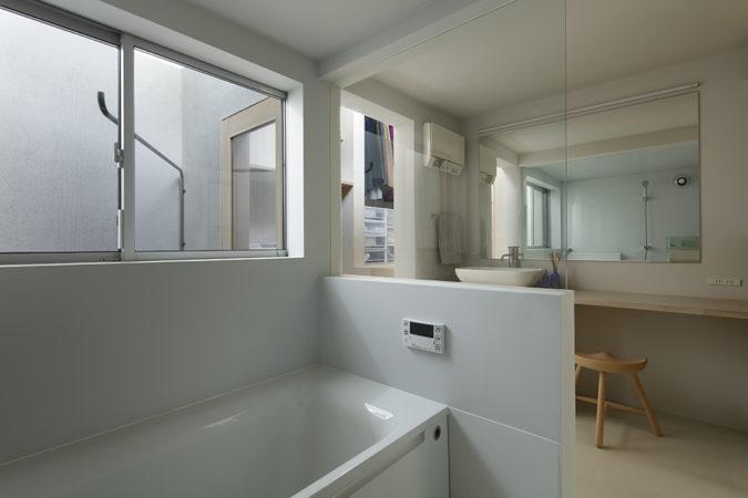 O邸浴室。物干し場に対して開口が空いていて常に明るい。