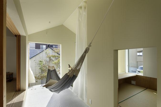 T邸2階テラス。ハンモックが吊ってある半屋外空間。右に少し見えるのは畳のあるハナレ。