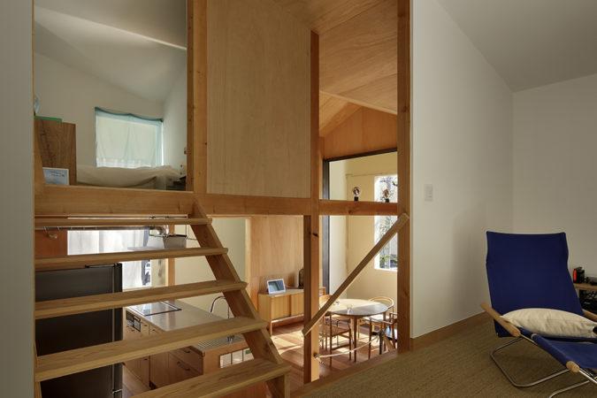 T邸2階リビングからダイニングを見る。左の階段からキッチン上部の子供部屋へ。